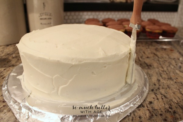 How to ice and decorate a cake like a pro / smoothing the cake - So Much Better With Age