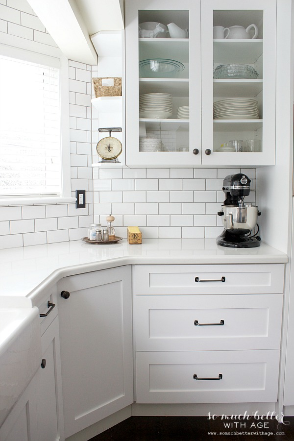 black & white kitchen / Industrial Vintage French kitchen | somuchbetterwithage.com