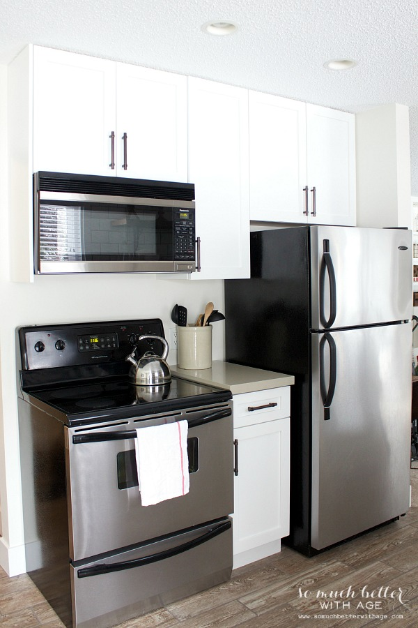 White kitchen | somuchbetterwithage.com