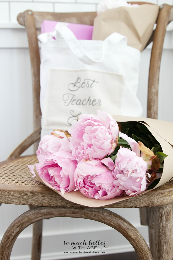 DIY Teacher Gift - Best Teacher Ever Tote / tote on chair - So Much Better With Age
