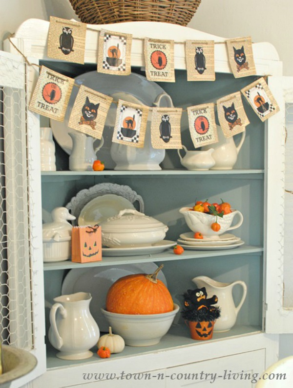 Town n Country Living / Vintage Halloween | somuchbetterwithage.com