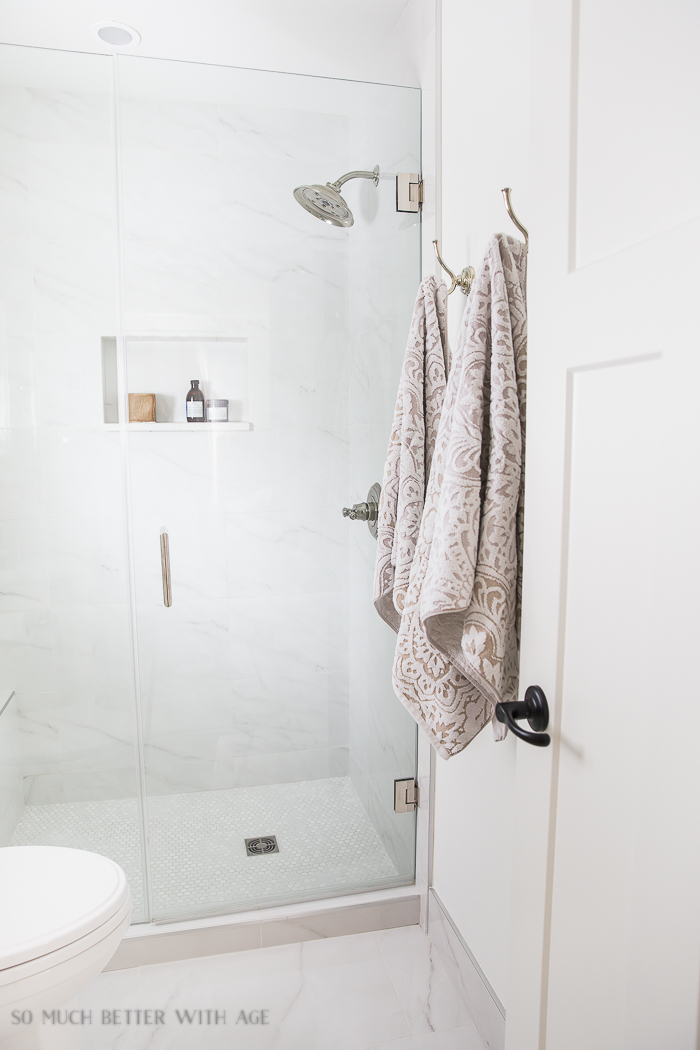 Small bathroom renovation and 13 tips to make it feel luxurious/porcelain looks like marble - So Much Better With Age