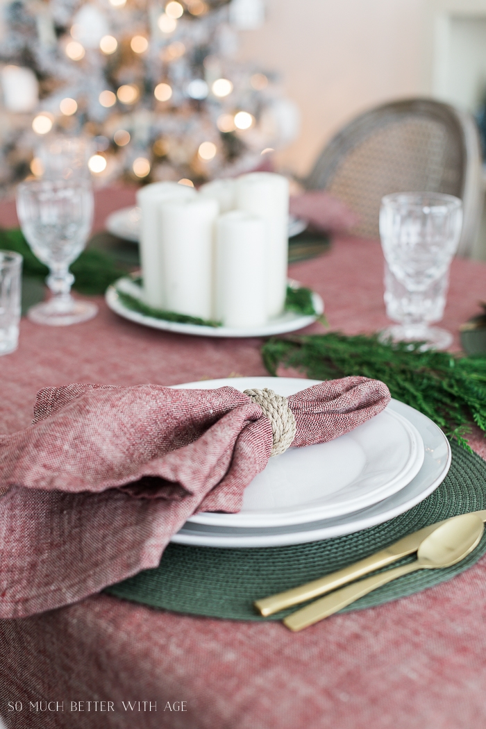 Red napkins and tablecloth with green placemats.