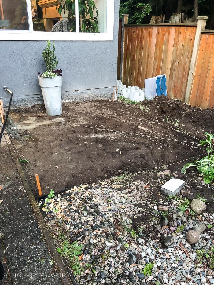 Surface au sol plane prête pour une construction de pont.
