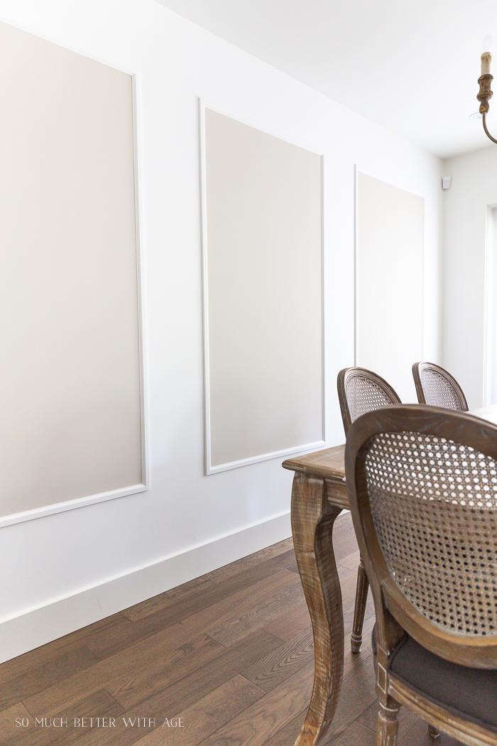 Retângulos pintados na grande parede da sala de jantar em moldura.