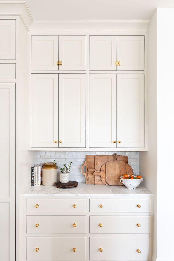 Creme natural pintado em armários de cozinha por Studio McGee.
